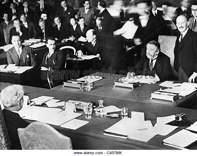 aristide-briand-and-james-ramsay-macdonald-sign-the-london-naval-treaty-c457mk.jpg
