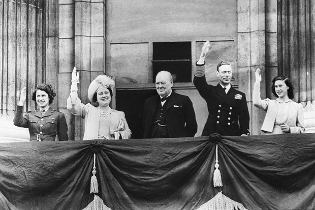 The-royal-family-and-Winston-Churchill-on-the-balcony-of-Buckingham-Palace-1945-dc7e68f.jpg