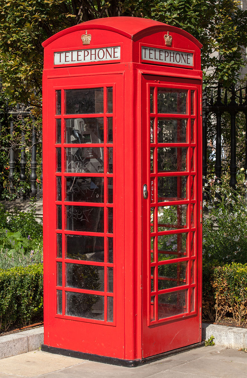 800px-Red_telephone_box,_St_Paul's_Cathedral,_London,_England,_GB,_IMG_5182_edit.jpg